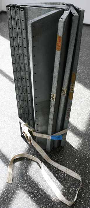 Resteessen 1 (Serie) 100x50x30cm, Blech/Spanngurt, 2014